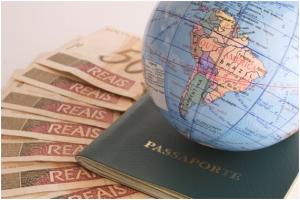 Globo terráqueo, dinero y pasaporte (L)